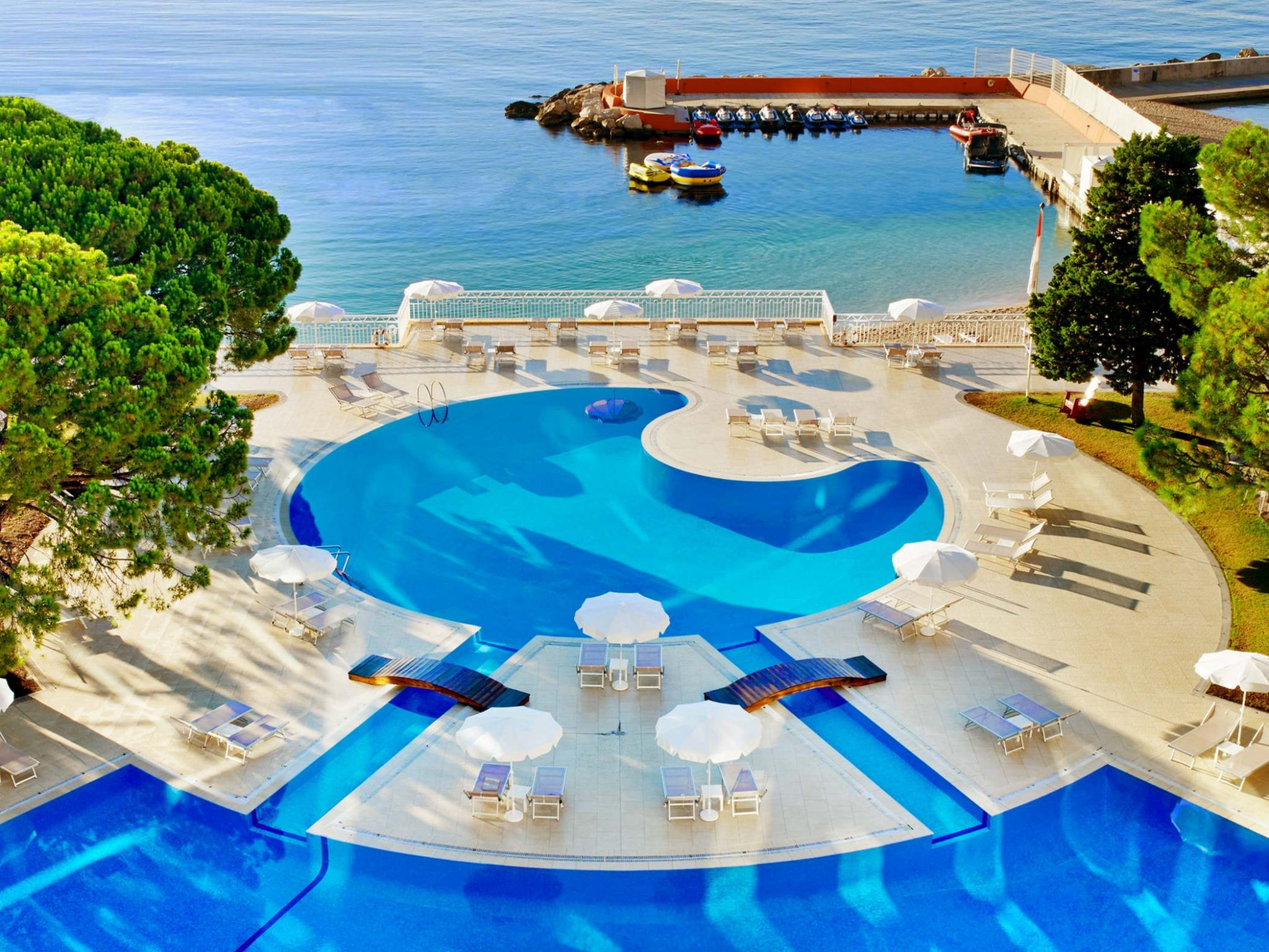 Outdoor Pool with sea view - Le Méridien Beach Plaza